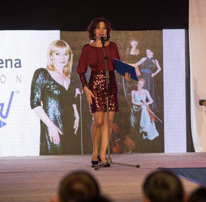 Moderátorka večera, herečka Michaela Dolinová v koktejlkách Marie Zelena Fashion