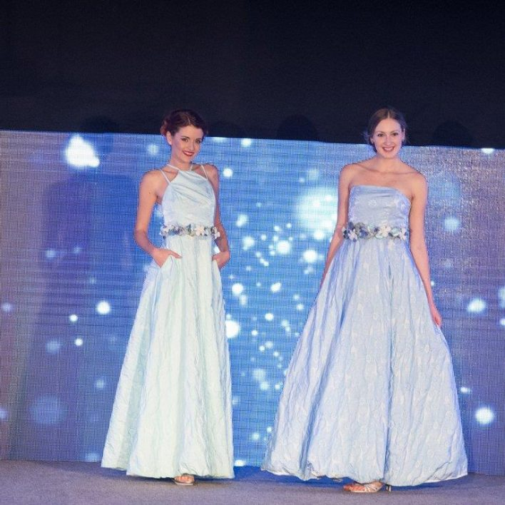 Večerní šaty Marie Zelena Fashion doplněné o květinové pásky od Carmen Flora