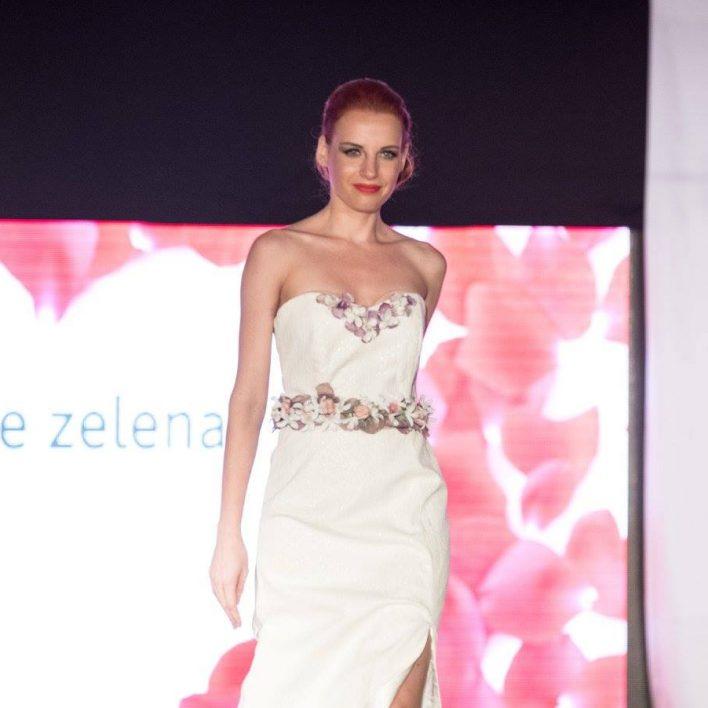 Večerní šaty Marie Zelena Fashion doplněné o květinový pásek Carmen Flora