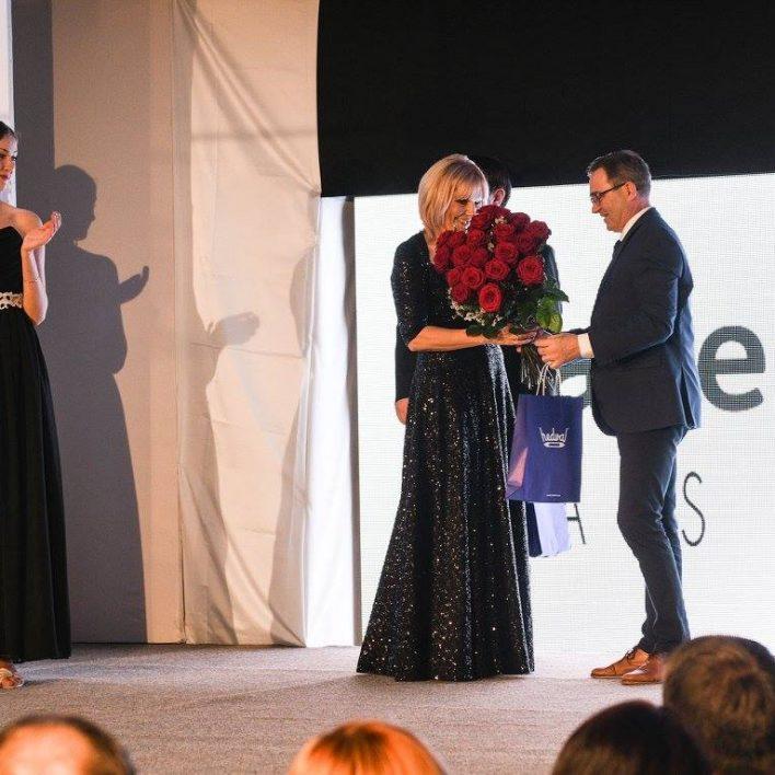 Marie Zelená dostává krásnou kytici Carmen Flora od generálního ředitele firmy Hedva , a.s. pana Ing. Jiřího Ošlejška