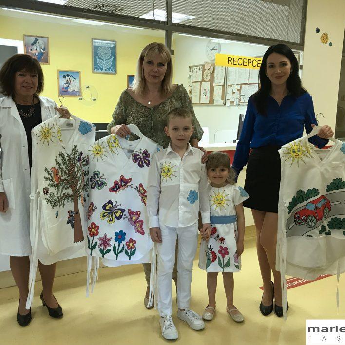 Veselé oblečení pro dětské lékaře a sestry - předávání ve FN v Motole
