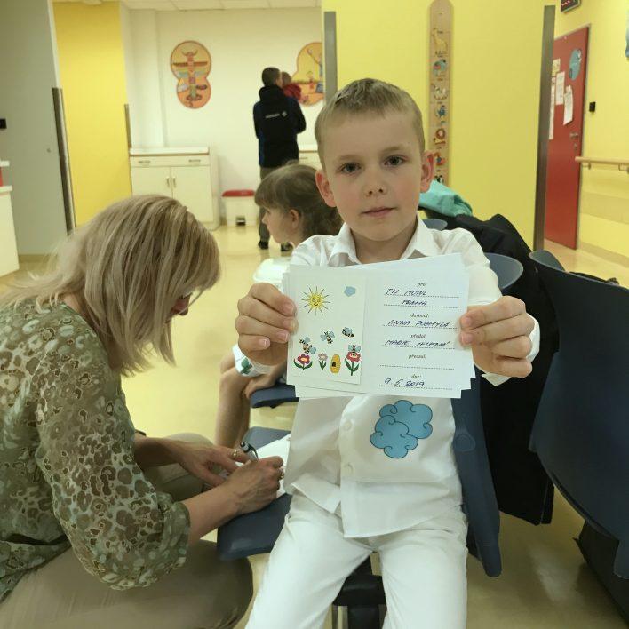Veselé oblečení pro dětské lékaře a sestry - předávání ve FN v Motole. Speciální kartičky pro podporovatele