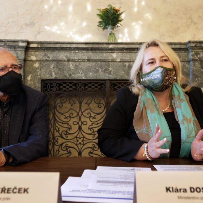 Paní ministryně Klára Dostálová v roušce z naší tvorby na tiskové konferenci s cestovními kancelářemi a veřejným chráncem práv Stanislavem Křečkem.