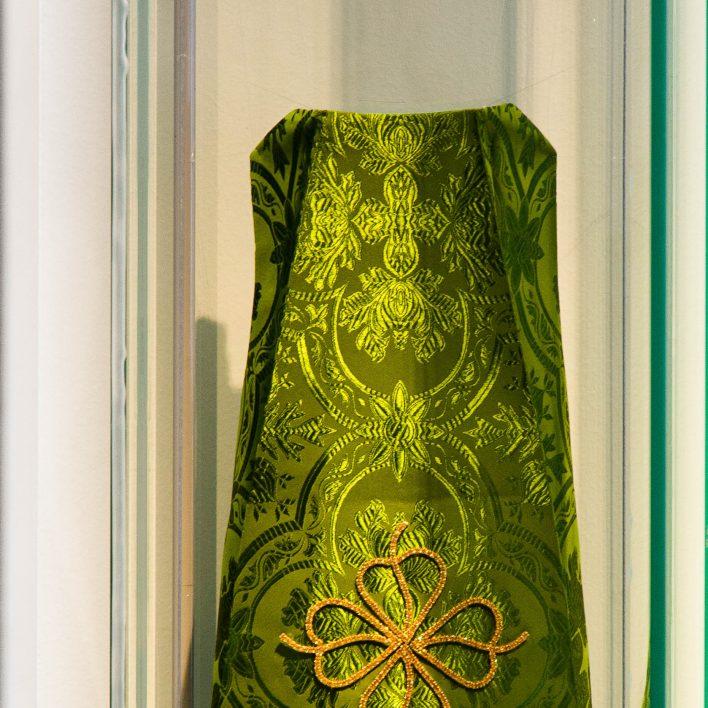 Exponát měsíce - Replika dekorativní aplikace šatů pro Pražské Jezulátko - fautorka: Marie Zelená, oto Aleš Kosina, MSB